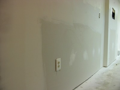 Mudding_drywall_in_basement